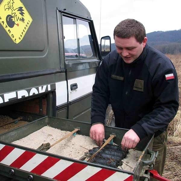 St. szer. Krzysztof Paluch z 21. BSP w Rzeszowie znalezione w Sanoku niewybuchy odwiózł na poligon do Nowej Dęby.