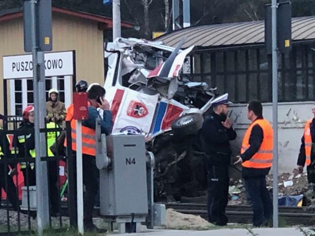 Do tragedii w Puszczykowie doszło w środę przed godz. 16. W karetkę pogotowia, która utknęła pomiędzy rogatkami na przejeździe kolejowym, uderzył pociąg. W zmiażdżonym aucie zginęły dwie osoby. Kliknij tutaj, przejdź dalej i zobacz kolejne zdjęcia --->