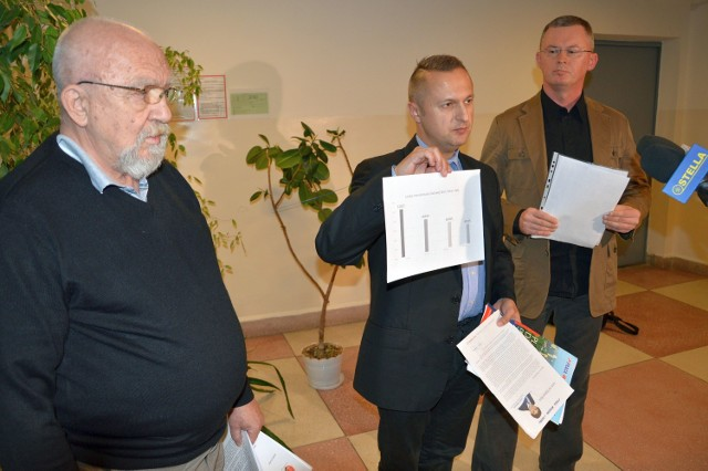 Od lewej Jerzy Bednarowicz z Komitetu Obrony Demokracji, Dariusz Przytuła z PO i Jerzy Florek z Nowoczesnej