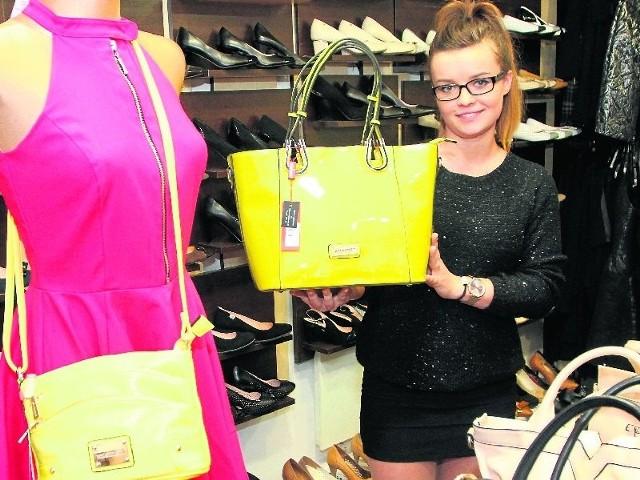 Ubrania i torebki prezentuje Ania, sprzedawczyni w sklepie Rabat.