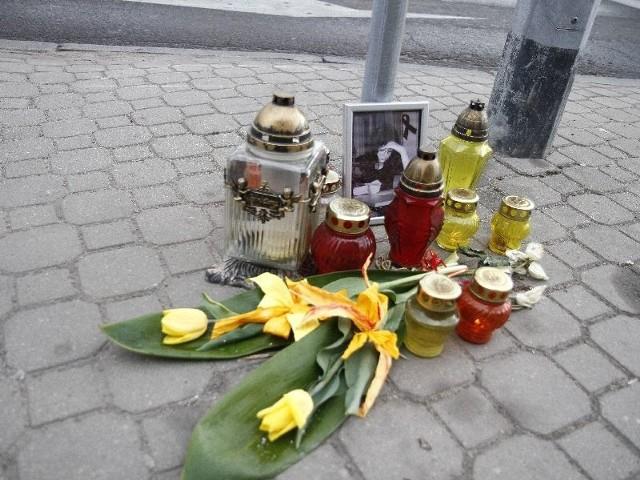 upamiętnia zdjęcie 20-letniej Klaudii, świeże kwiaty i płonące znicze