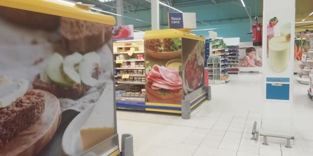 Brytyjska sieć handlowa Tesco podjęła decyzję o zamknięciu swoich sklepów w Polsce. Przypomnijmy: Tesco na rynku w naszym kraju było obecne od 1995 roku, ale od miesięcy sieć zmagała się z ogromnymi problemami finansowym. Firma zaliczyła rok obrotowy 2018/2019 z 200-milionową stratą. Od lutego do kwietnia spółka zwolni 380 osób. We Wrocławiu mamy cztery sklepy Tesco: na Długiej, na Legnickiej, na Kiełczowskiej i na Czekoladowej. Zobaczcie, jaka jest przyszłość poszczególnych sklepów tej sieci we Wrocławiu. Co pojawi się w ich miejsce? Kliknij w zdjęcie, a następnie przeglądaj slajdy, posługując  się strzałkami, gestami lub myszką.