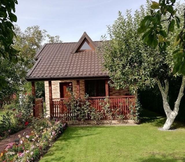DZIAŁKA ROD ROGÓWKO.Z domkiem murowanym i dużym tarasem (15 m kw.), własne szambo.Cena: 105 000 złPowierzchnia: 328 m kw. https://www.otodom.pl/pl/oferta/piekna-dzialka-rod-z-domkiem-murowanym-rogowko-ID47Opt.html#d83b292865