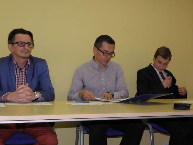 Od lewej Artur Eichenlaub, Kamil Kaczmarek i Jakub Adamczyk z komitetu ds. referendum