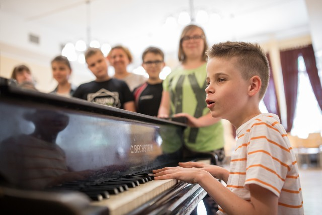 """Igor Sobierajski, uczeń dwóch bydgoskich szkół, z nagrodą publiczności w programie TVN """"Mam Talent""""."""