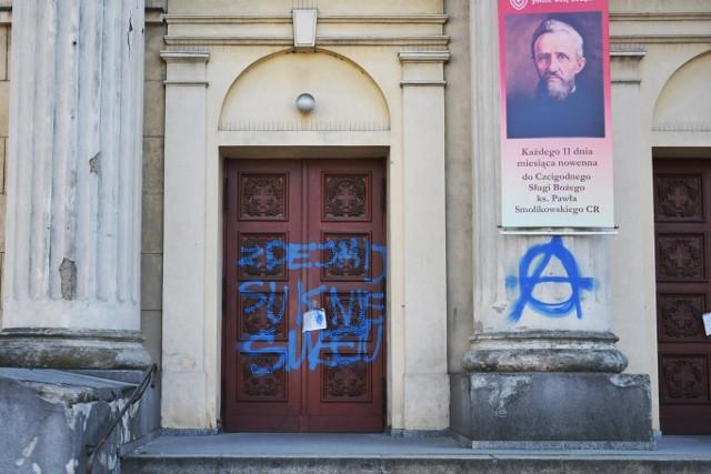 Do aktu wandalizmu doszło w nocy z wtorku na środę na Wildzie w Poznaniu. Na drzwiach kościoła nieznany sprawca namalował obraźliwy napis.