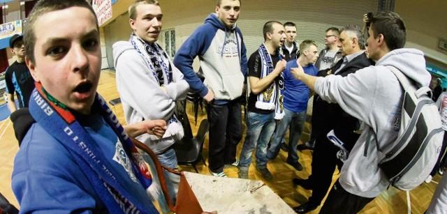 Kibice koszykarskiego Górnika Wałbrzych chcieli wywieźć zarząd swojego klubu na taczkach. Nie udało się...