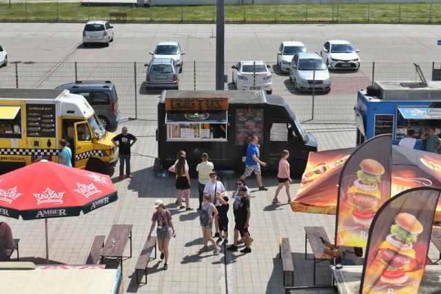 Amatorzy food trucków mogą świętować, ponieważ do Poznania zawitała Wielka Szama. W weekend, 5 i 6 czerwca ponad 30 wystawców zaparkowało przy Stadionie Poznań i oferuje swoje menu dla zgłodniałych smaków. Wydarzeniu towarzyszy szereg atrakcji, m.in. festiwal dmuchańców czy zawody jedzenia na czas. Będzie można wesprzeć lokalne schronisko, uczestnicząc w zbiórce akcesoriów i karmy dla zwierząt