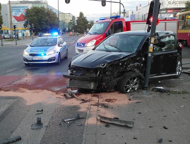 Wypadek dwóch samochodów na skrzyżowaniu Radwańskiej i Politechniki w Łodzi