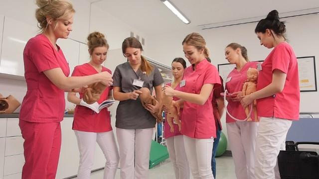 Nowoczesne pracownie w szkole medycznej pozwalają na praktyczne kształcenie studentów na kierunkach okołomedycznych.