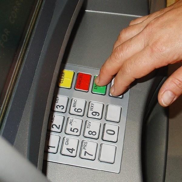 W Unii Europejskiej wypada 1000 bankomatów na milion mieszkańców, w Polsce - 400 i wszystko wskazuje na to, że będzie jeszcze mniej
