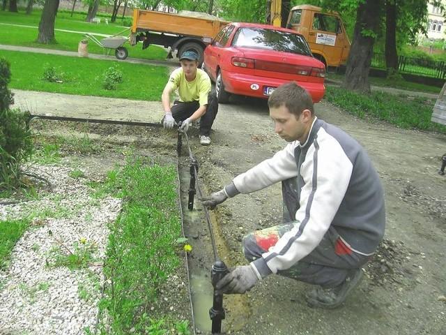 W piątek robotnicy zakładali ogrodzenia, które mają uchronić zraszacze przez dewastacją.