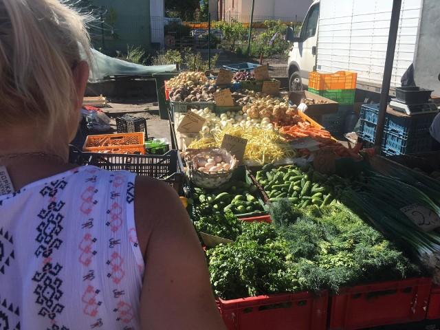Ryneczek przy ul. Owocowej w Zielonej Górze. Zakupy zrobić można tutaj kilka dni w tygodniu. Jak co tydzień zaglądamy na targ w sobotę i sprawdzamy, ile kosztują warzywa i owoce. Jak przedstawiały się ceny 1 sierpnia? Co można kupić w jednym z ulubionych miejsc zielonogórzan? Na pewno nie brakuje pomidorów, ogórków, ziemniaków czy kwiatów. Jeszcze dostać można truskawki i maliny w przystępnych cenach. A dla tych, którzy lubią owoce,  znajdą się też borówki (16-18 zł za kg) i słodkie brzoskwinie (od 4 zł za kg). Co jeszcze ciekawego można znaleźć na ryneczku? Zobaczcie w galerii>>>WIDEO: Muszki owocowe zmorą letniej kuchni. Jak się ich pozbyć?źródło: x-news