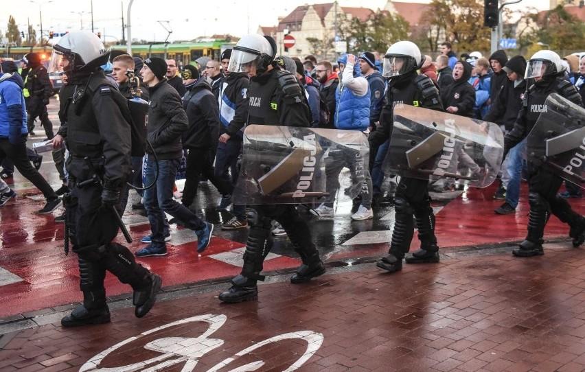 Kiedy miasto odstąpiło od współfinansowania przejazdów kibiców drużyn przyjezdnych, ci byli prowadzeni w policyjnym kordonie od dworca głównego aż na stadion
