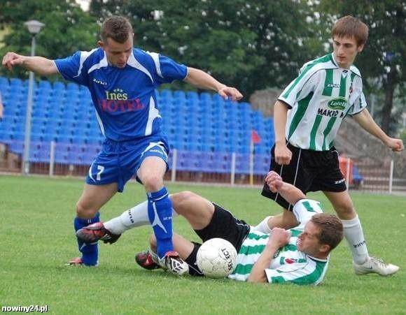 Wygląda na to, że Bartłomiej Darłak (z piłką) znalazł swoje miejsce w zespole Błękitnych Ropczyce.