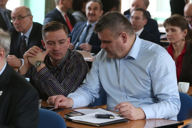 Paweł Rańda (z lewej) podczas sesji rady miejskiej