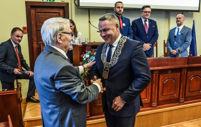Rafał Bruski został zaprzysiężony na kolejną kadencję dokładnie 19 listopada 2018 roku. Prezydencki łańcuch odebrał z rąk Leonarda Pietraszaka, znakomitego aktora i bydgoszczanina