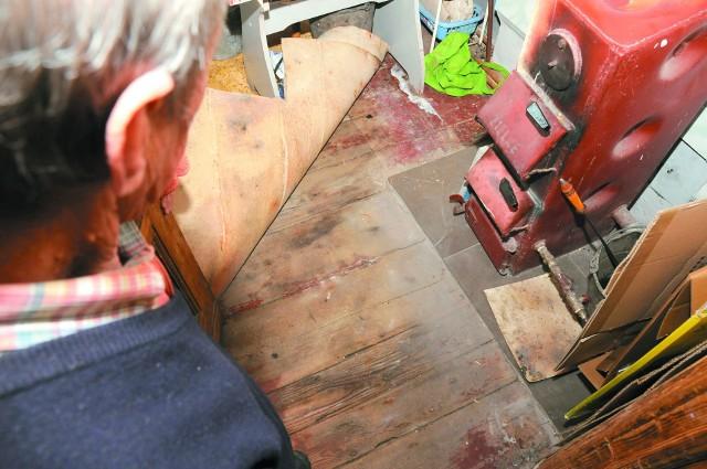 Zniszczona podłogaLokatorzy przykryli stare podłogowe deski kilkoma warstwami wykładziny.