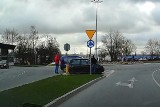 Kolizja na rondzie u zbiegu ulic Grunwaldzkiej i Sobieskiego w Słupsku [ZDJĘCIA]