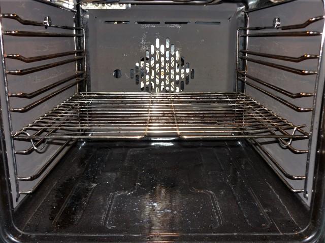 Jeśli piekarnik wymaga tylko odświeżenia, to użyj mieszanki wody i octu (w proporcji pół na pół).
