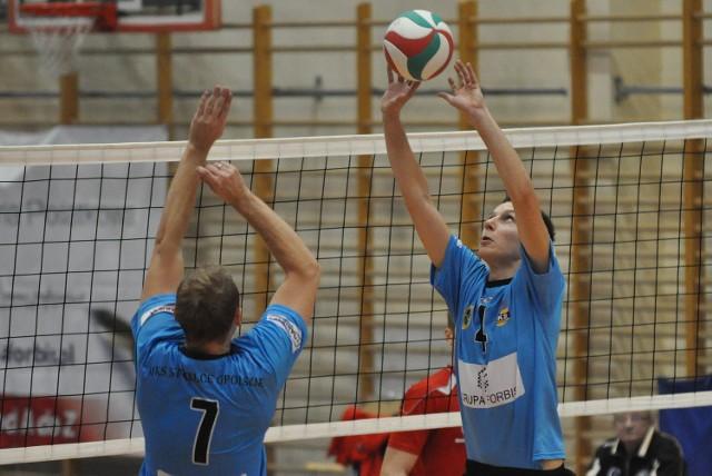 Z piłką rozgrywający strzeleckiej drużyny Grzegorz Ratajczak.