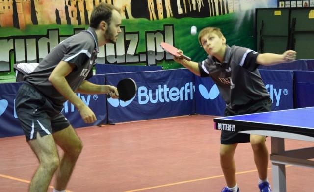 Na 1. stole gra debel Olimpii Unii Grudziądz - Szymon Malicki (z lewej) i Samuel Kulczycki