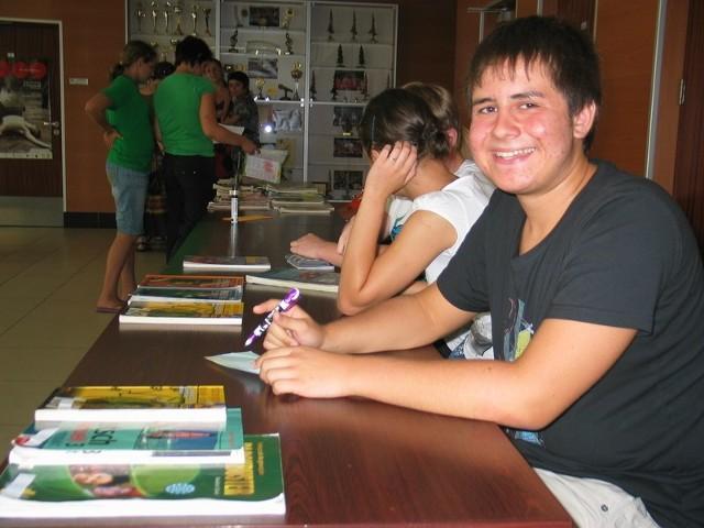 Marcinowi Forysiowi tuż po dziesiątej zostało tylko kilka podręczników do gimnazjum. Do angielskiego w sklepie kosztuje 35 zł, a on używany sprzedawał za 10 zł.