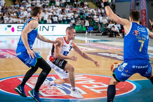 Mateusz Zębski (nr 2) toczył zacięte boje z koszykarzami Anwilu