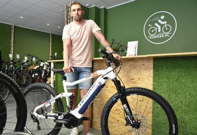 Daniel Wieczorek prezentuje średniej klasy wyczynowy elektryczny rower górski. Kosztuje... 17.299 zł.