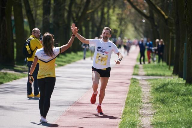 """Do Wings for Life World Run 9 maja dołączyła w tym roku cała Polska. Łodzianie mogli kibicować Dominice Stelmach i Tomaszowi Osmulskiemu biegnącymi po zwycięstwo w Parku na Zdrowiu. Zobacz zdjęcia uczestników wydarzenia, w którym nigdy wcześniej nie wystartowało aż tylu chętnych. W ósmej edycji Wings for Life World Run pobiegło 184 236 osób reprezentujących 195 narodowości. Wśród nich znalazło się 10 486 Polaków.Uruchom i przeglądaj galerię klikając ikonę """"NASTĘPNE >"""", strzałką w prawo na klawiaturze lub gestem na ekranie smartfonu"""
