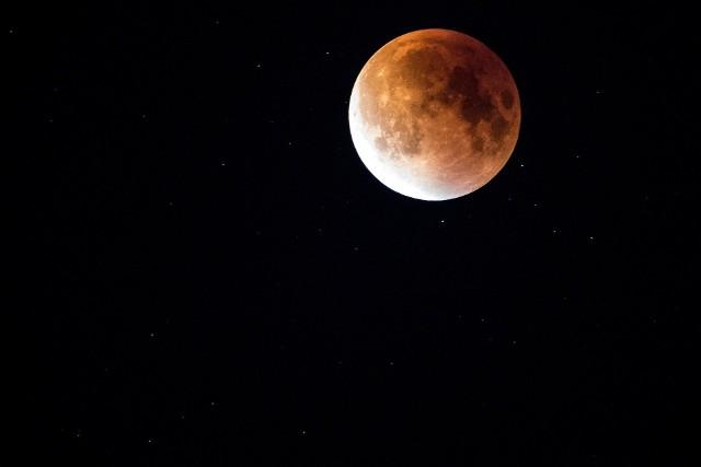 Pełnia Księżyca 24 czerwca 2021 roku będzie mieć wpływ na każdy znak zodiaku. Które z nich odczują najbardziej wpływ Truskawkowego Księżyca?Co przyniesie Truskawkowy Księżyc dla Twojego znaku zodiaku? Czy czeka Cię bezsenna noc? Sprawdź na kolejnych slajdach >>>>>