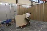 Koronawirus Białystok. Szpital tymczasowy powstaje, ale nie ma kto w nim pracować. Wojewoda apeluje do ochotników