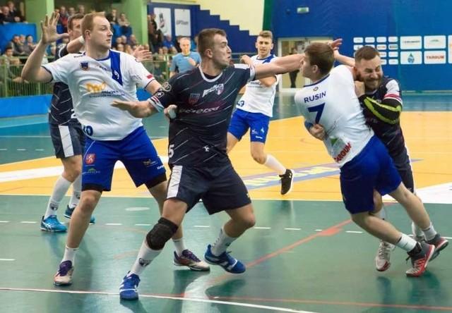 Piłkarze ręczni Stali Mielec (biało-niebieskie stroje) mają dwa mecze do końca rundy zasadniczej. Szanse na play-offy są małe.