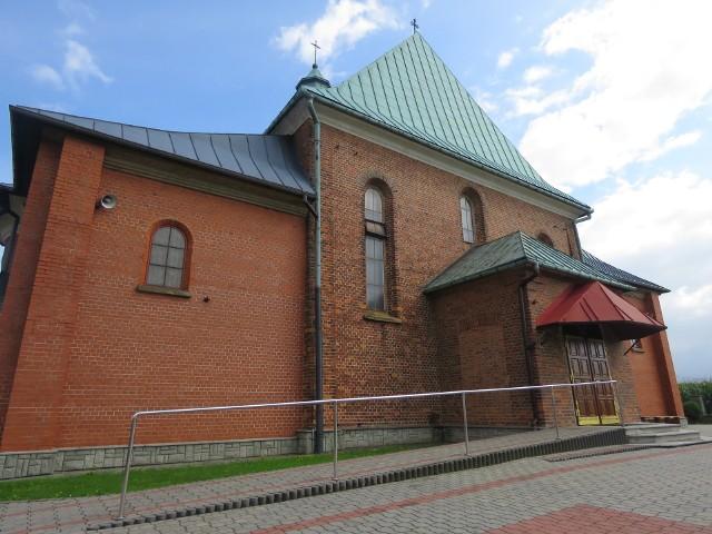 Ksiądz miał molestować kobietę w szpitalu w Makowie Podhalańskim. Odesłano go po tym do parafii w Bachowicach w pow. wadowickim. Na zdjęciu kościół i jego okolica
