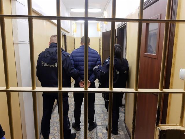 W mieszkaniu i pomieszczeniach gospodarczych należących do mężczyzny policjanci znaleźli znaczne ilości substancji psychotropowych i środków odurzających