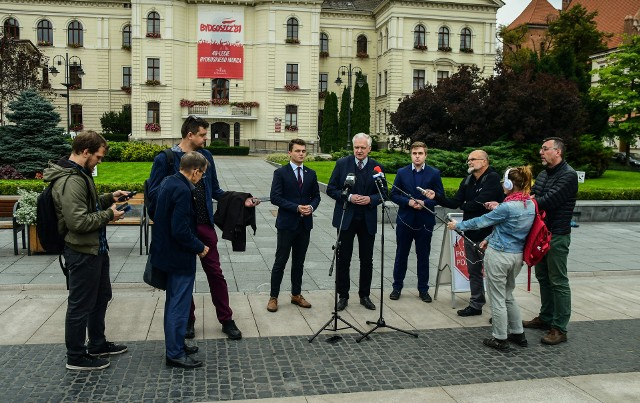 Jarosław Gowin w towarzystwie działaczy i dziennikarzy na bydgoskim Starym Rynku