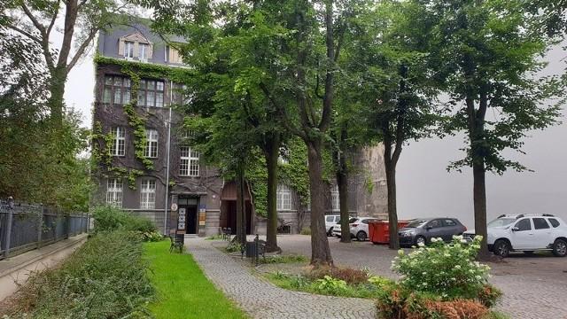 Mysterious Room mieści się w kamienicy przy ul. Sienkiewicza 55. Kamienica jest wspólnotą mieszkaniową z udziałem gminy Łódź.
