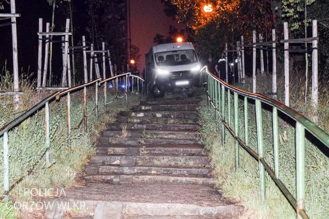 Uciekający kierowca w ducato zakończył jazdę tuż przed schodami przy Al. Konstytucji 3 Maja. Wyskoczył z auta i zaczął zbiegać po skarpie. Chwilę później został zatrzymany przez funkcjonariuszy gorzowskiej drogówki.