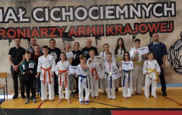 Sosnowiecki Klub Karate odniósł kolejny sukces. Tym razem z Wojnicza przywiózł aż 5 medali. Zobacz kolejne zdjęcia. Przesuń zdjęcia w prawo - wciśnij strzałkę lub przycisk NASTĘPNE
