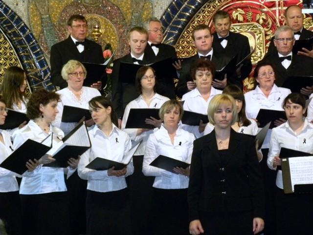 Katedralny Chór Soboru Świętej Trójcy wraz z dyrygentką Mirosławą Maciuką.
