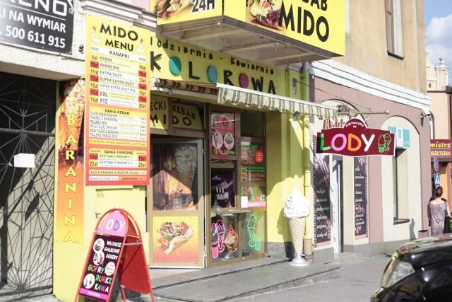 Lodziarnia Kolorowa mieści przy rynku w Jędrzejowie. Jej żółte barwy widać już z daleka.