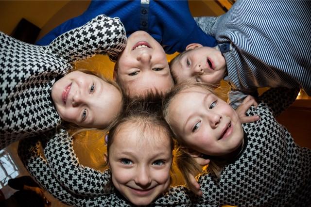 Poznańskie Świadczenie jest wypłacane jednorazowo i wynosi 1000 zł na każde dziecko do ukończenia przez dziecko 24. roku życia. Wnioski przyjmuje Poznańskie Centrum Świadczeń