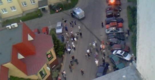 Za zdjęciu widać, że granatowy opel uderzył w zaparkowane auto, które z kolei uszkodziło kolejne pojazdy stojące na parkingu