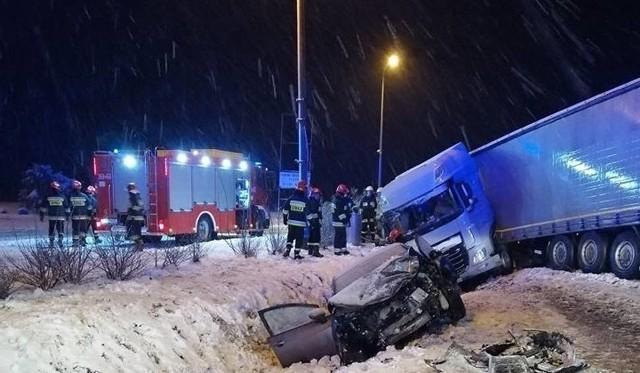 Nocny wypadek w Kisielnicy. Zderzyła się osóbka z TIR-em.