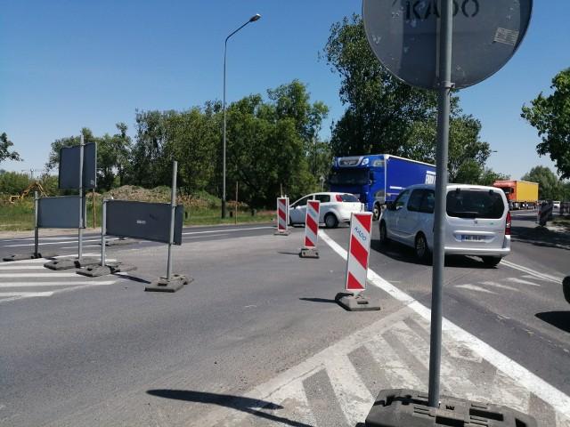 Ta sytuacja nie powinna mieć miejsca! Kierowca zjeżdża w stronę Naramowic, mimo zamknięcia takiej możliwości, wymuszając pierwszeństwo na jadących od strony mostu Lecha...
