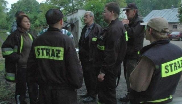Strażacy-ochotnicy ze Skwierzyny podczas narady w czasie akcji zabezpieczania gospodarstwa położonego tuż przy Warcie. W środku naczelnik Michał Kowalewski.