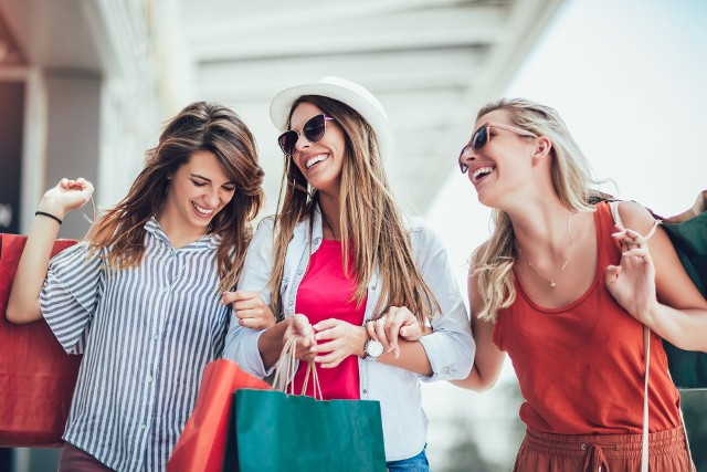Są takie marki, które - choć znane na całym w świecie - nie prowadzą sprzedaży w Polsce. Współcześnie praktycznie każdy produkt możemy nabyć online, jednak wciąż potrafi być to kosztowne - szczególnie, gdy produkty nie znajdują się w ofercie sklepu prowadzącego polską stronę internetową. Zobaczcie zatem, jakie sklepy warto odwiedzić wybierając się za granicę, aby uniknąć kosztów wysyłki, długiego czasu oczekiwania i nietrafionych zakupów.Zobacz na kolejnych slajdach >>>