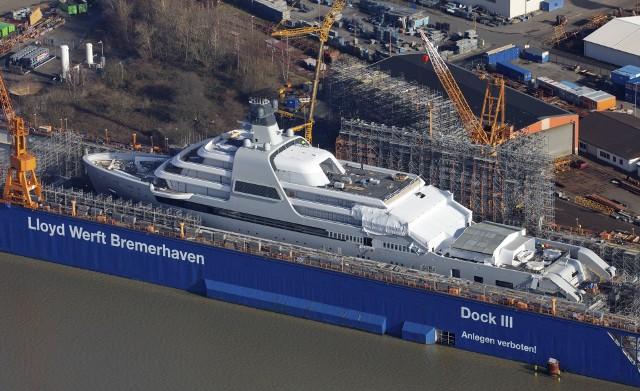 460 stóp (140 metrów - więcej niż powierzchnia Pałacu Buckingham), osiem pokładów, w tym jeden zaprojektowany jako lądowisko dla helikoptera, 48 kajut dla 36 pasażerów i 60 członków załogi. Na pokładzie m.in. basen, jacuzzi, SPA i... własny klub plażowy - tak wygląda Solaris, nowy super jacht właściciela Chelsea Londyn Romana Abramowicza. A raczej będzie wyglądać, bo budowa jeszcze się nie skończyła, a w pierwszy rejs nową zabawką rosyjski miliarder będzie mógł wyruszyć w drugiej połowie roku. Wszystko za - bagatela  - 430 milionów funtów (prawie pół miliarda euro), ale kto bogatemu zabroni...Zobacz kolejne zdjęcia - naciśnij strzałkę lub przycisk NASTĘPNE