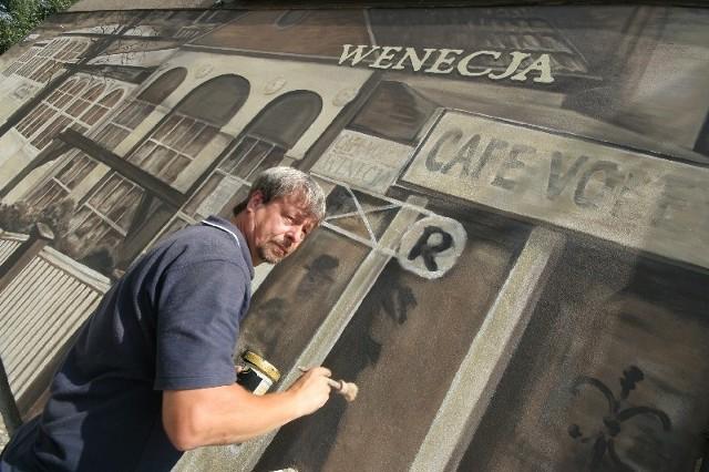 Jerzy Siczek przy pracy nad detalami muralu nad Kłodawką, który wzbudził takie kontrowersje w mieście