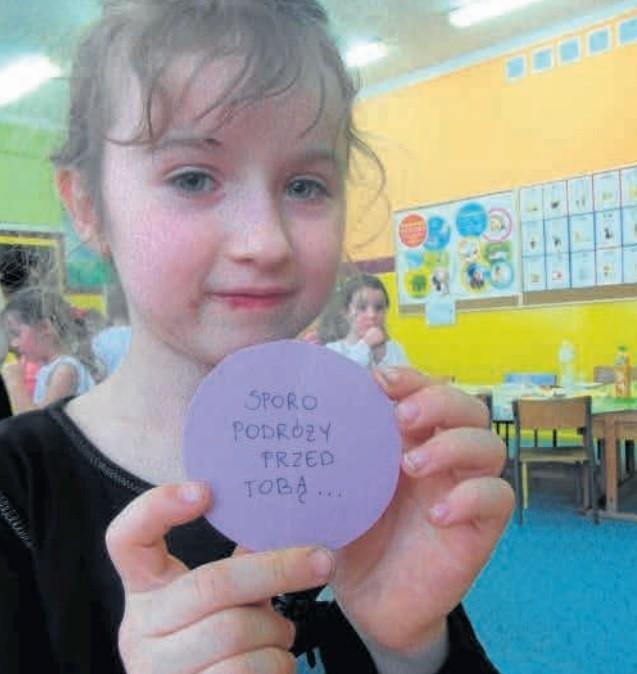 Natalia na zabawie andrzejkowej w szkole, jeszcze kiedy była zdrowa. W rękach trzyma karteczkę z wróżbą, którą wylosowała...